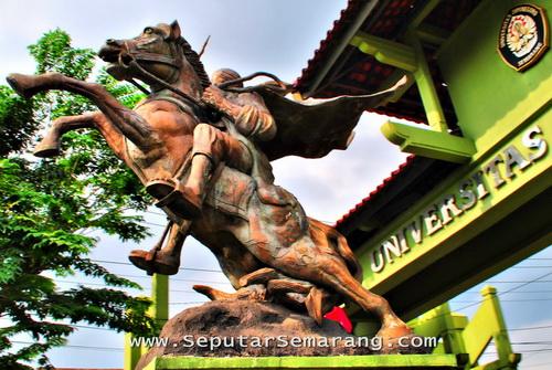 Patung kuda tembalang