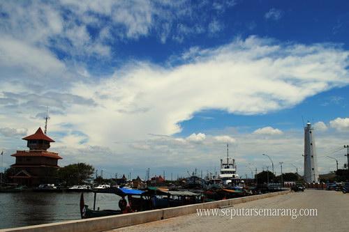 Foto langit biru dan awan mercusuar