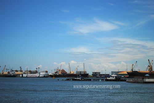 Gambar aktifitas di pelabuhan tanjung emas