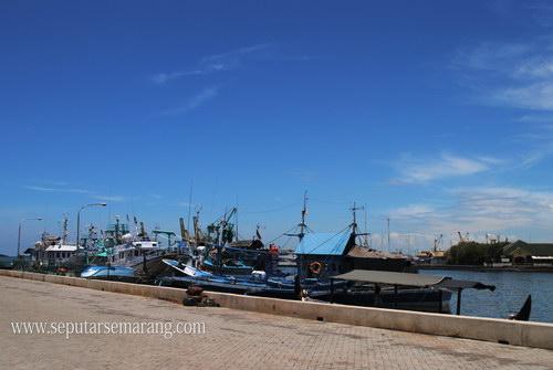 gambar kapal yang sedang bersandar di pelabuhan