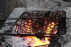 Proses pembakaran pemanggangan ikan Jimbaran