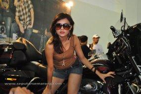 Model Cantik dan Harley Davidson