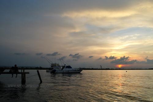 Santai di Pantai Marina